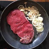 Steak in Pfanne mit Zwiebeln